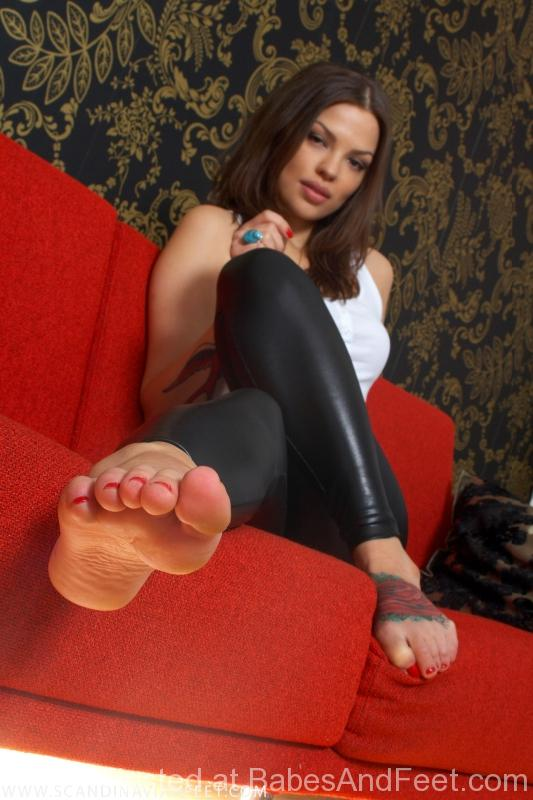 goergeousfeettoes-shinyleggings