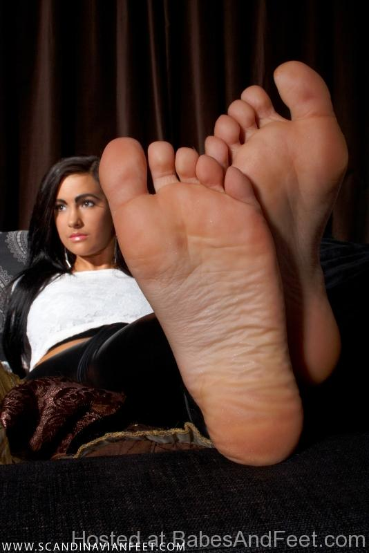 gorgeousbrunettemeatyfeetleggings (1)