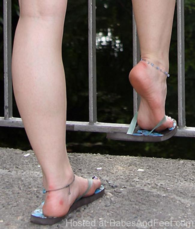 cutebrunettedippingflipflops (4)